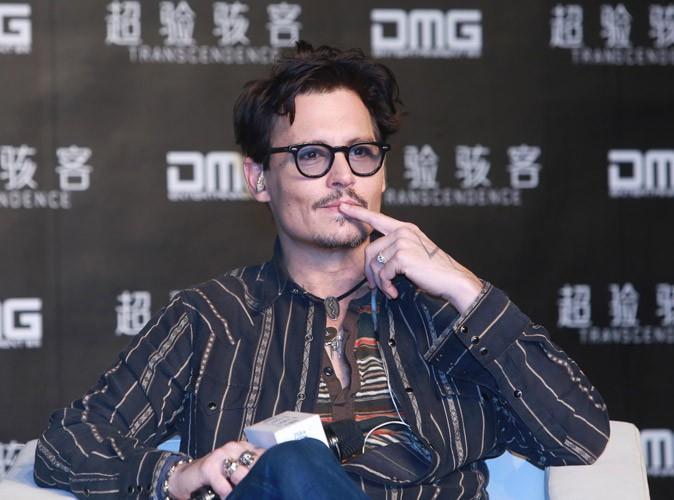 """Johnny Depp : """"J'ai une bague de fiançailles de femme"""" !"""