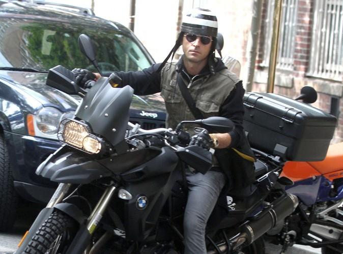 Justin Theroux : le chéri de Jennifer Aniston se fait vandaliser sa moto à coup de sauce bolognaise!