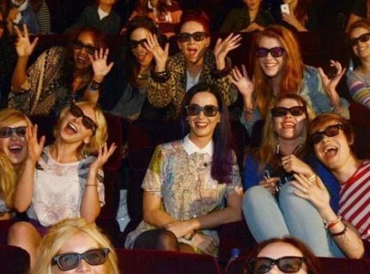 Katy Perry fait une belle surprise à ses fans anglais ! Regardez...