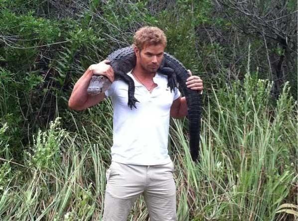 Kellan Lutz : Monsieur muscle porte un alligator !