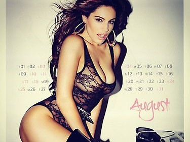 Kelly Brook : sexy pour son calendrier 2013 !