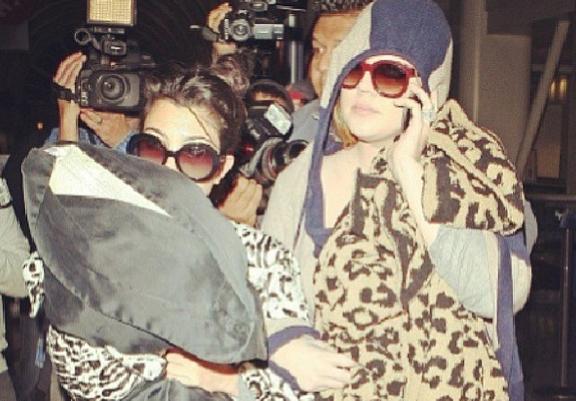 Khloé et Kourtney Kardashian : emmitouflées dans leurs couettes, elles affrontent les paparazzi !