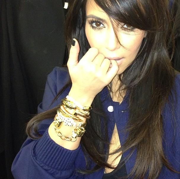 http://cdn2-public.ladmedia.fr/var/public/storage/images/news/kim-kardashian-kanye-west-casse-sa-tirelire-pour-elle-et-lui-offre-cinq-bracelets-cartier-366882/kim-kardashian-expose-ses-bijoux-cartier-le-25-janvier-2013-366883/4690655-1-fre-FR/Kim-Kardashian-expose-ses-bijoux-Cartier-le-25-janvier-2013_portrait_w674.jpg