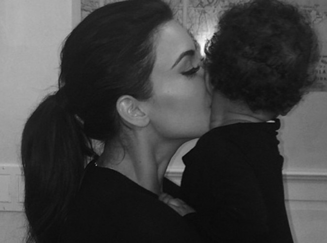 Kim Kardashian : moment de tendresse avec sa poupée !