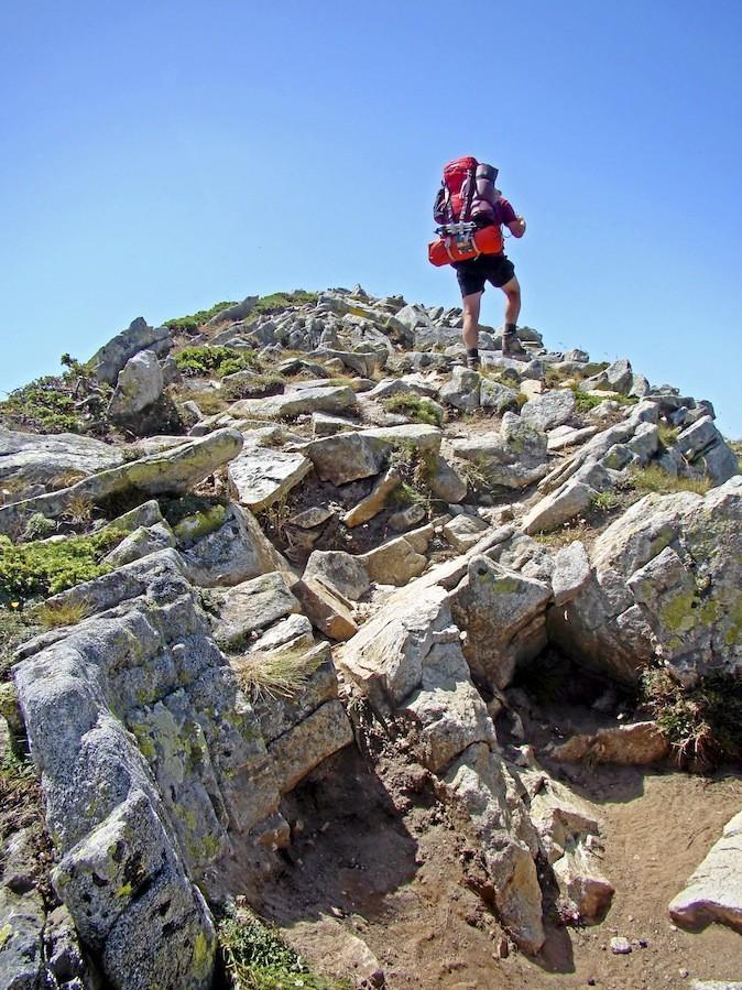 En partant à la conquête du mythique GR 20 qui traverse les plus beaux sites de Corse.