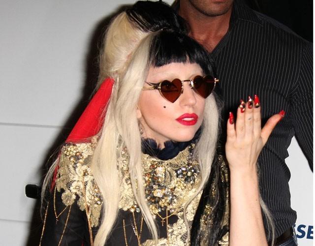 Lady Gaga rend hommage au couple royal !