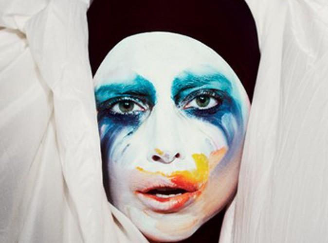 """Lady Gaga : sobre mais ultra colorée pour la pochette de son tout nouveau single """"Applause""""..."""