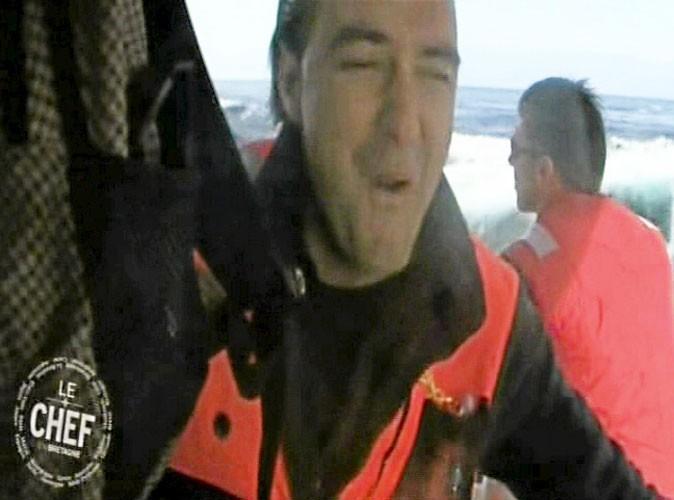 """Cyril Lignac, voyant arriver la vague…""""La mer est démontée… (...) Pour moi, ça se complique."""" """"Là, on va s'en prendre une !"""" """"Celle-là, elle est bonne ! Waouh, putain !"""""""