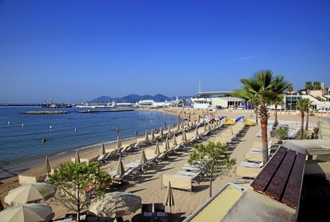 Tous les jeudis soirs, concert électro à Cannes, sur la plage du Palais des Festivals.