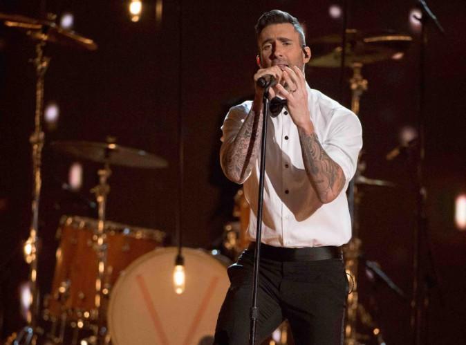 Maroon 5 : en plein concert, Adam Levine se fait sauter dessus par une fan !