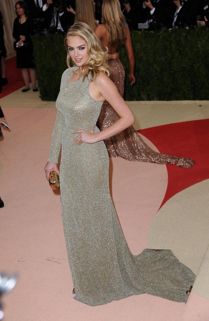 Kate Upton affiche sa bague de fiançailles sur le red carpet au Met Gala 2016