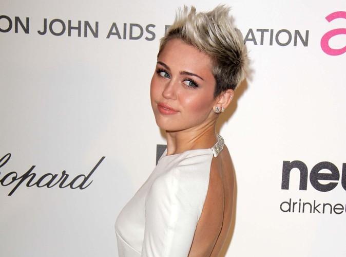 Miley Cyrus : elle fait la fête avec un inconnu et ne porte toujours pas sa bague…