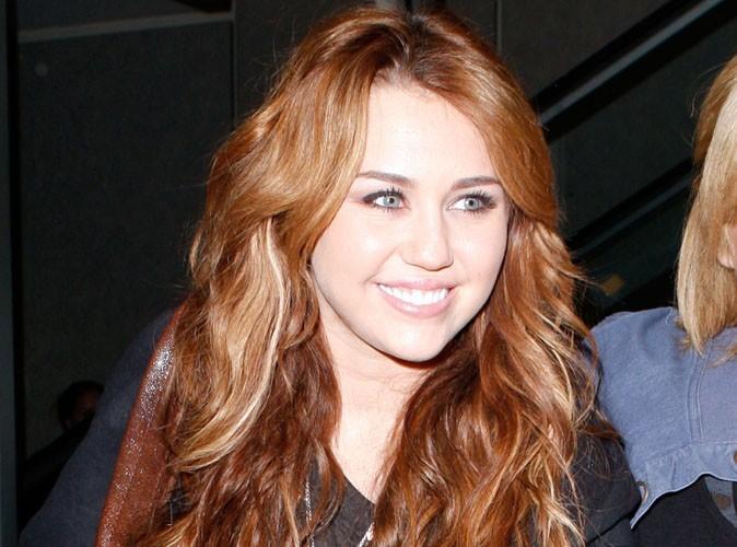 Miley Cyrus : En pleine tournée latine, elle s'offre du bon temps et affiche tous ses tatouages à la plage...