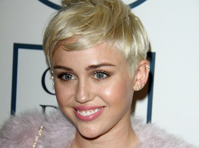 """Miley Cyrus : """"Ma tournée peut éduquer les enfants"""" !"""