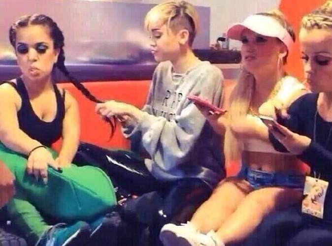 Miley Cyrus : tenterait-elle de se racheter une conduite avec sa bande de nains ?