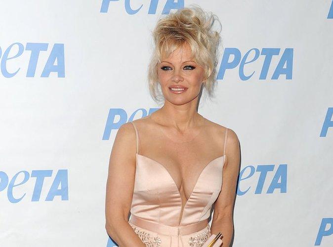 Pamela Anderson : nue, la bimbo embrasse... un poney !
