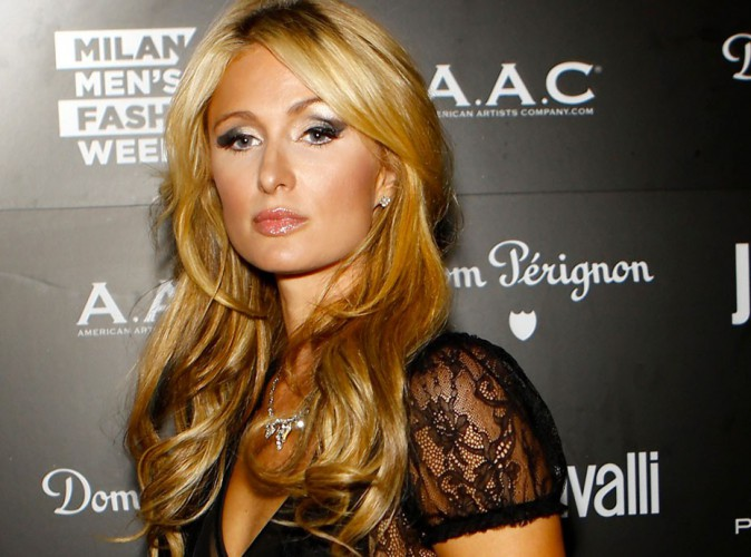 Paris Hilton victime d'un faux crash d'avion : la blague ne passe pas, elle porte plainte !