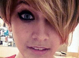 """Paris Jackson : la crinière blonde et raccourcie, elle se la joue """"Miley Cyrus""""..."""