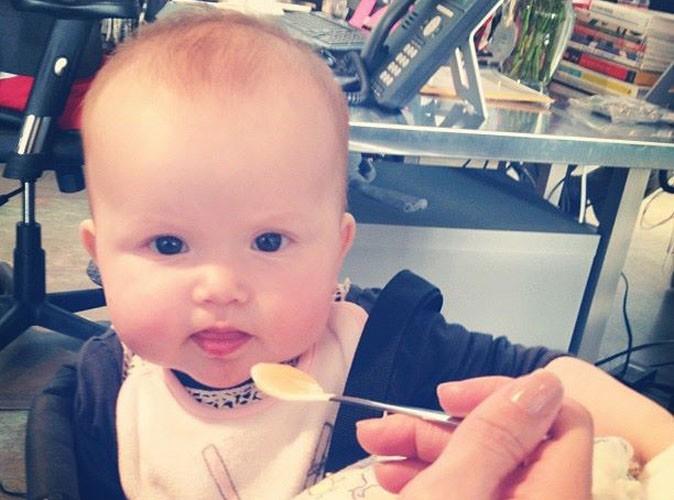 Petite devinette : à qui est cette petite poupée affamée ?!