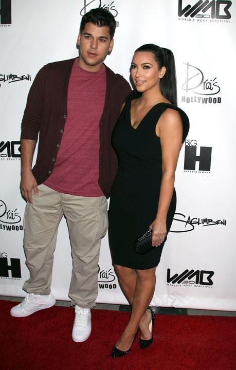 Kim Kardashian et son frère Robert Kardashian Jr. lors de la soirée World's Most Beautiful Magazine à Hollywood, le 10 août 2011.