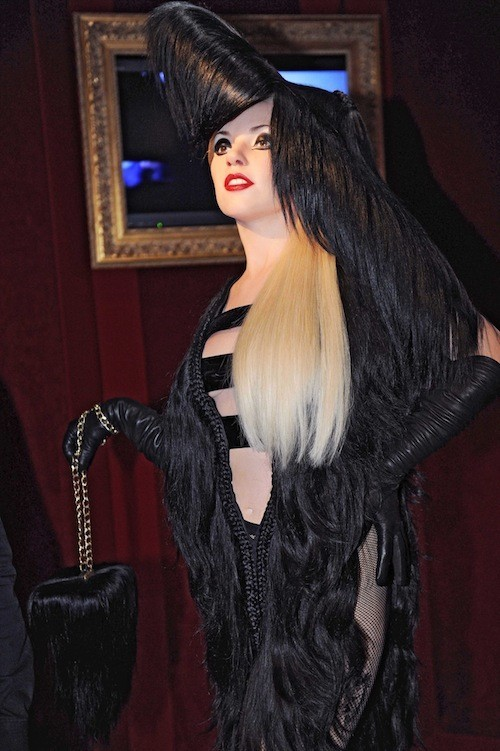 Lady Gaga, statue, musée Grévin, photos, robe plumes, chaussures, Louboutin