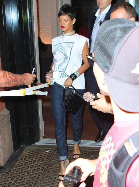 Rihanna à la sortie de son hôtel avant les MTV VMA, 25 août 2013