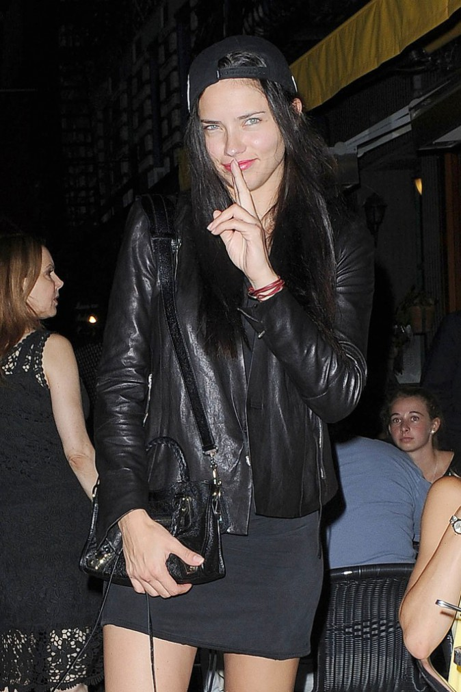 Adriana Lima : all black everything pour une sortie au restaurant !