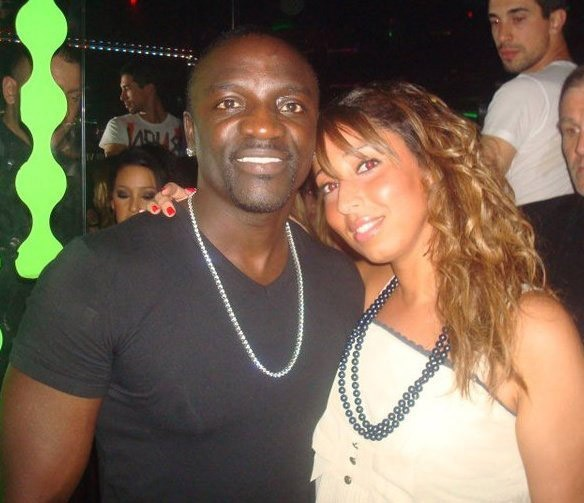 Akon et Nadia Benleulmi (journaliste Public) au VIP Room Theater à Paris, le 9 avril 2011.