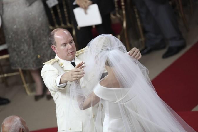 Albert lève le voile de son épouse