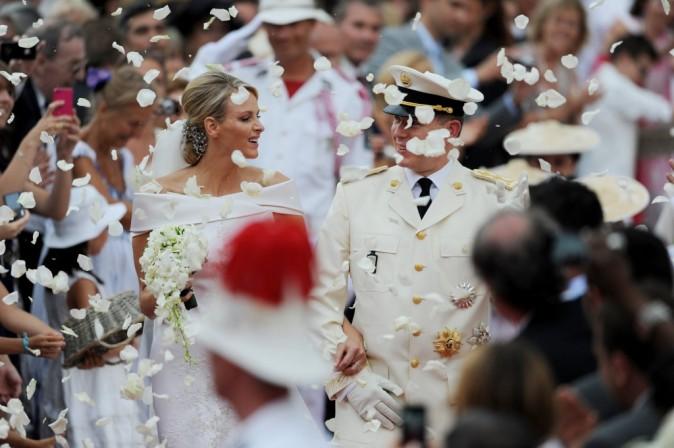 Les mariés s'avancent sous une pluie de pétale de roses