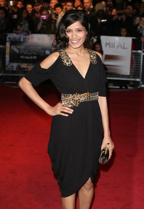 Freida Pinto a craqué pour cette robe au décolleté plongeant, un hommage très fashion en octobre dernier à Londres.