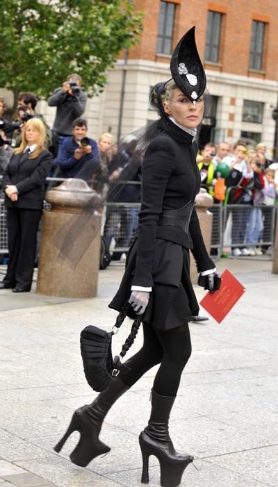 Le jour de l'enterrement d'Alexander McQueen, Daphne Guiness entamait le début d'un long hommage très stylée au couturier anglais.