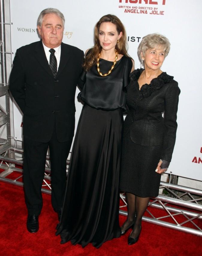 Avec les parents de Brad, Angelina est à son aise !