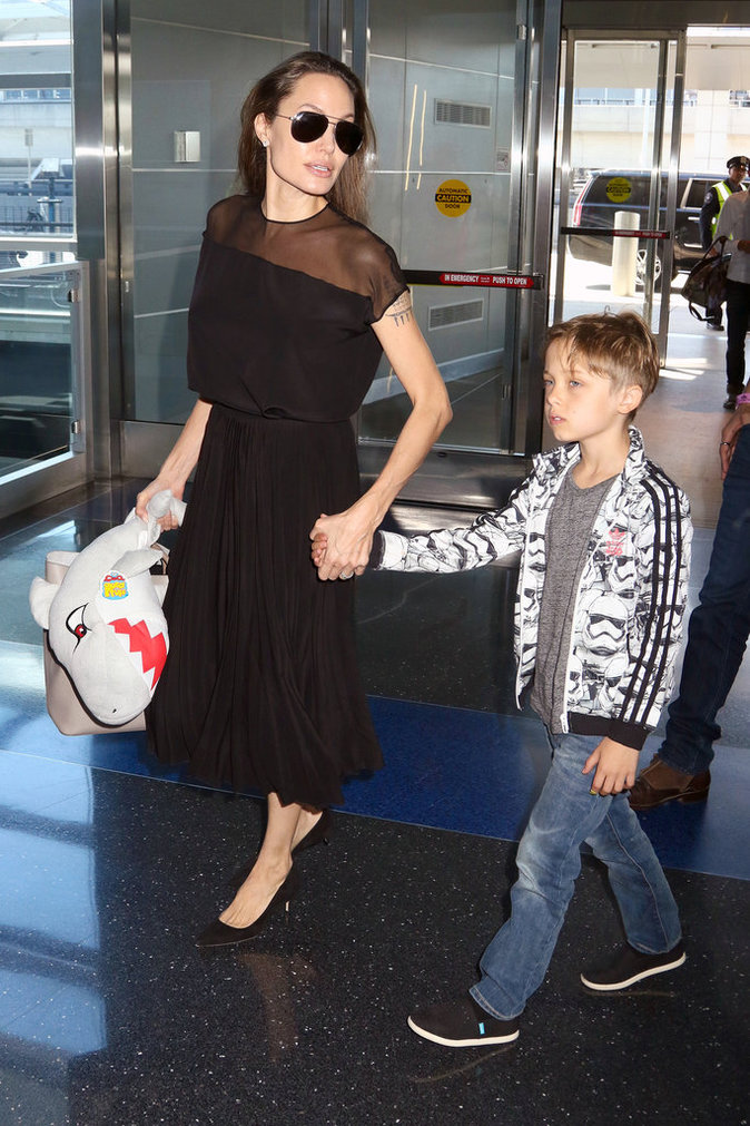 Angelina Jolie avec ses enfants Maddox et Knox à New York, le 21 juin