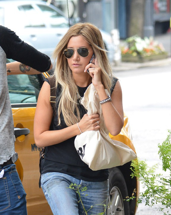 Ashley Tisdale en virée shopping avec son fiancé Christopher French à New-York le 9 août 2013