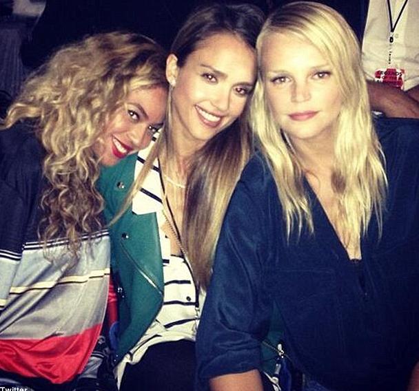 Béyoncé et ses copines Jessica Alba et Kelly Sawyer au concert de Jay-Z et Justin Timberlake !