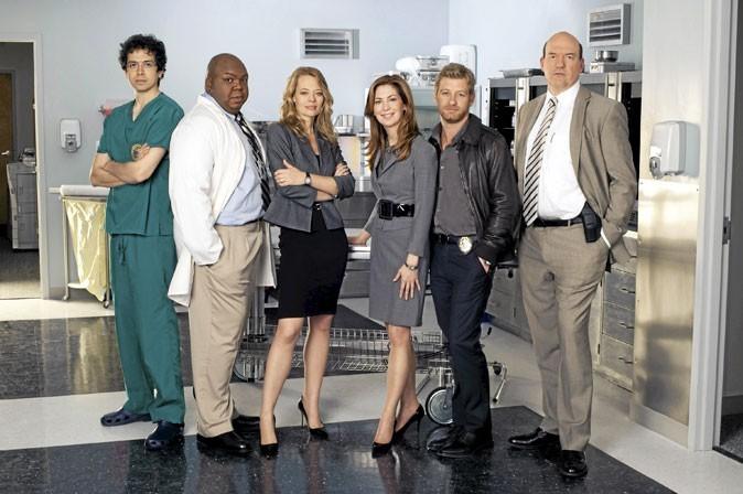 Dans Body of Proof, aux côtés de Dana Delany et des autres acteurs.