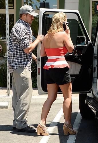 Britney Spears fière de sa nouvelle silhouette dans les rues de Calabasas, Californie