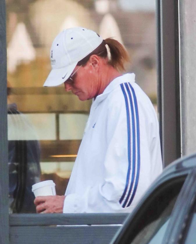 Bruce Jenner : sa maison en quarantaine, il sort en affichant des jambes bizarrement très lisses !