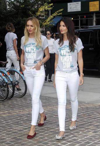 Candice Swanepoel, Lily Aldridge et Chrissy Teigen portent leurs t-shirts Watch Hunger Stop dans les rues de New York le 30 juillet 2014.