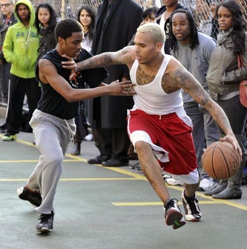 Chris Brown fait du basket à New York, le 22 mars 2011.
