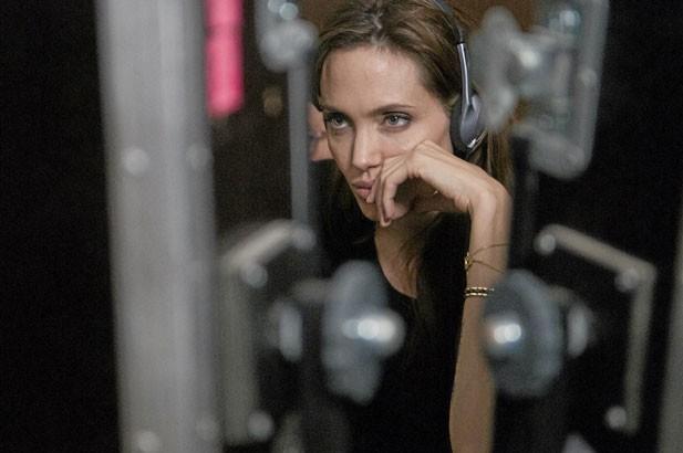 L'anecdote : James J.Braddock, journaliste croate, accuse Angelina Jolie d'avoir plagié son roman, The Soul Shattering.