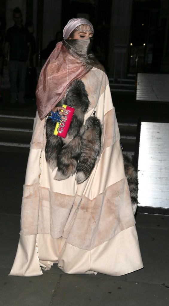 Lady Gaga à la sortie du défilé Philip Treacy à Londres, le 16 septembre 2012.