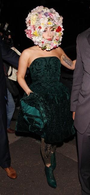 Lady Gaga arrive au défilé Philip Treacy à Londres, le 16 septembre 2012.