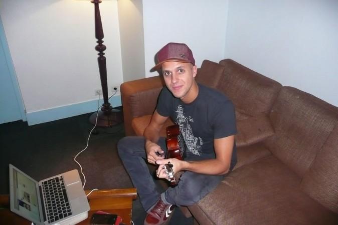 Toujours avec sa guitare à la main !