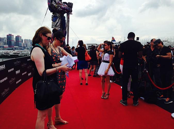 """Exclu Public : Capucine Anav : découvrez les photos de sa rencontre avec l'équipe de """"Transformers 4"""" à Hong Kong !"""
