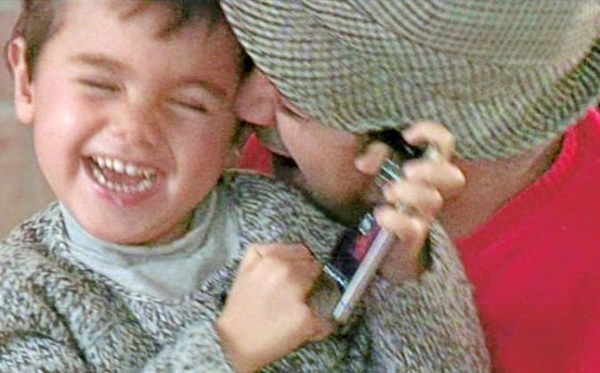 Ambiance famille-famille, avec Léon, mort de rire, dans les bras de son père.
