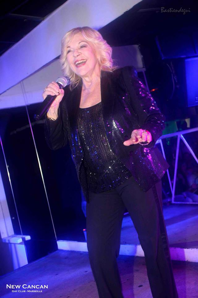 Exclu Public : Photos : à 71 ans, Nicoletta enflamme toujours les boîtes de nuit !
