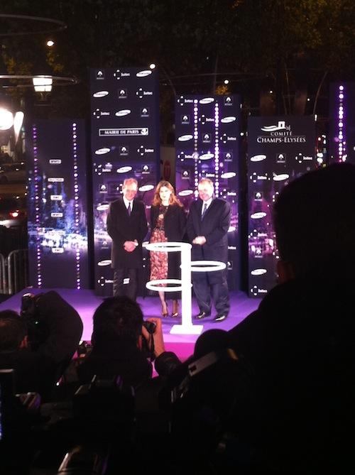 Exclu Public : Photos : Laetitia Casta illumine les Champs-Elysées !