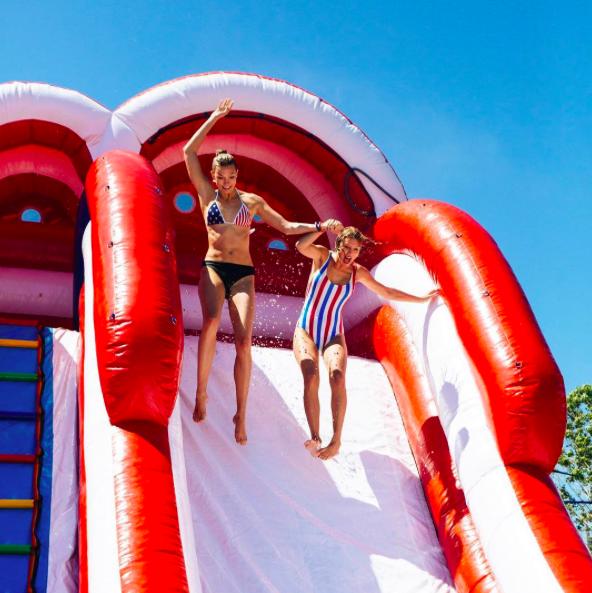 Taylor Swift et Karlie Kloss à Rhode Island le 4 juillet 2016